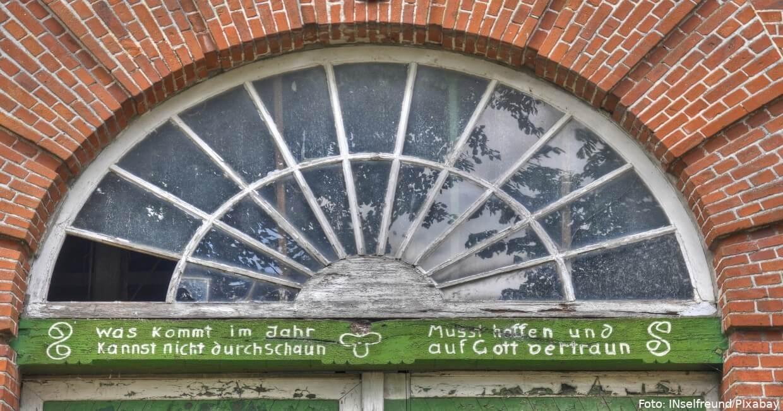 Alte Haustür mit Inschrift