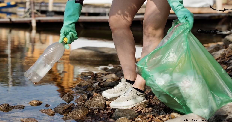 Im Urlaub Müll am Ufer sammeln