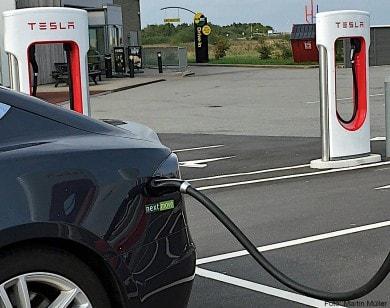 Strom tanken bei der Rundreise mit dem E-Auto in Schweden